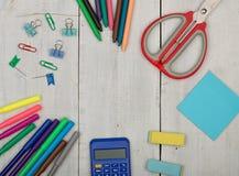 Fontes de escola - tesouras, etiquetas, calculadora, pastéis, eliminador, marcadores e outros acessórios Fotos de Stock