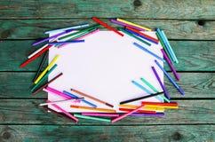 Fontes de escola De volta aos elementos do projeto da escola Marcadores coloridos e folha de papel vazia branca no fundo de madei Fotos de Stock Royalty Free