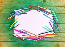 Fontes de escola De volta aos elementos do projeto da escola Marcadores coloridos e folha de papel vazia branca no fundo de madei Imagem de Stock Royalty Free