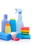 Fontes de limpeza, esponjas, pó da limpeza e sacos de lixo Imagem de Stock Royalty Free