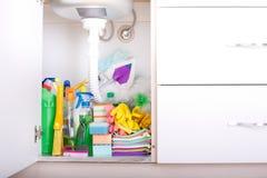 Fontes de limpeza no armário de cozinha fotografia de stock