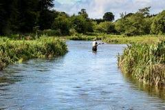 Fontes de pêche de mouche d'homme sur la rivière irlandaise Images libres de droits