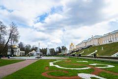 Fontes de Peterhof e opinião e turistas do palácio em St Petersburg foto de stock