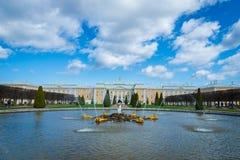 Fontes de Peterhof e opini?o e turistas do pal?cio em St Petersburg foto de stock
