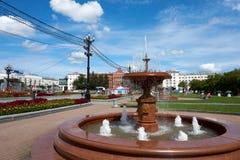 Fontes, dia ensolarado, céu azul Quadrado de Lenin, Khabarovsk, Russi fotografia de stock