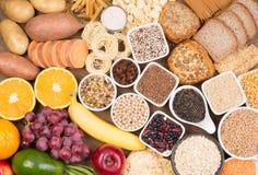 Fontes do alimento dos hidratos de carbono, vista superior em uma tabela foto de stock