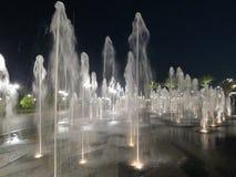 Fontes do palácio dos emirados em Abu Dhabi na noite foto de stock royalty free