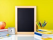Fontes do quadro, da maçã e de escola na tabela branca pelo grito foto de stock