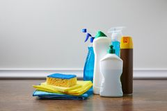 fontes domésticas para spring cleaning imagens de stock