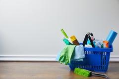 fontes domésticas para spring cleaning na cesta fotos de stock