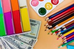 Fontes e dólares de escola O conceito é comprar objetos dos artigos de papelaria Imagens de Stock