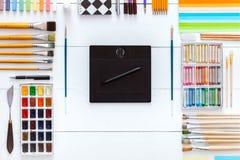 Fontes e dispositivos para o conceito criativo do trabalho de arte, o grupo das fontes e a tabuleta digital do wacom no fundo de  foto de stock royalty free