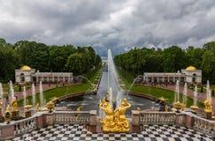 Fontes e esculturas da cascata grande do palácio de Peterhof Rússia foto de stock