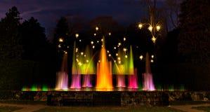 Fontes em jardins de Longwood na noite fotografia de stock