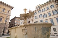 Fontes gêmeas com icycle na praça Farnese, Roma Fotos de Stock Royalty Free