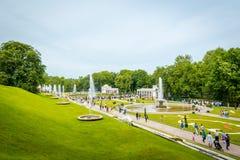 Fontes grandes da cascata no palácio de Peterhof em St Petersburg, Rússia imagem de stock
