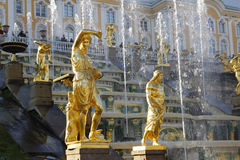 Fontes grandes da cascata no palácio de Peterhof, fonte Samson de St Petersburg foto de stock royalty free