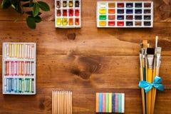 Fontes grupo das ferramentas dos acessórios dos trabalhos criativos do projeto da arte, escovas de pintura, paintbox com aquarela fotos de stock royalty free