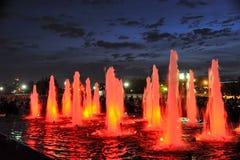 Fontes leves vermelhas coloridas em Victory Park Against Dusk Sky - V imagem de stock royalty free