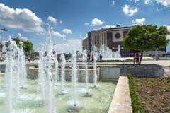 Fontes na frente do palácio nacional da cultura em Sófia, Bulgária Foto de Stock