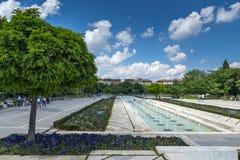 Fontes na frente do palácio nacional da cultura em Sófia, Bulgária Fotos de Stock Royalty Free