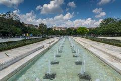 Fontes na frente do palácio nacional da cultura em Sófia, Bulgária Fotografia de Stock Royalty Free