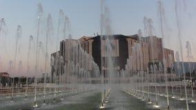 Fontes na frente do palácio nacional da cultura Sófia - centro da cidade Bulgária o calor o mais grande vídeos de arquivo