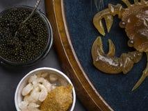 Fontes naturais do marisco de cobalamina e de zinco da vitamina B12 como a vieira no breadind, camarões, caviar preto, comer da d imagens de stock royalty free
