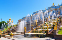 Fontes no palácio de Peterhof, St Petersburg, Rússia Fotografia de Stock Royalty Free