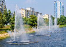 Fontes no panorama das fontes de Rusanivka do distrito de Kiev Kiev Reino Unido Imagem de Stock
