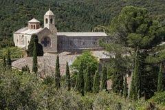 Fontfroide-Abtei in seiner Landschaft Stockfotografie