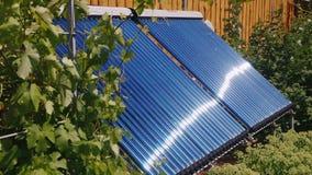 Fonti alternative di energia pulita - acqua del riscaldamento da energia solare video d archivio