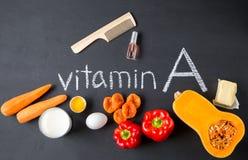 Fonti dell'alimento di vitamina A e di spazzola per i capelli naturali con smalto Vista superiore Concetto di dieta sana immagini stock