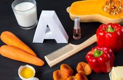 Fonti dell'alimento di vitamina A e di spazzola per i capelli naturali con smalto Vista superiore Concetto di dieta sana fotografia stock libera da diritti