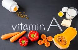 Fonti dell'alimento di vitamina A naturale e di pillole gialle Vista superiore Concetto di dieta sana immagini stock