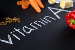 Fonti dell'alimento di vitamina A naturale e di pillole gialle Vista superiore Concetto di dieta sana fotografie stock