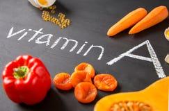 Fonti dell'alimento di vitamina A naturale e di pillole gialle Vista superiore Concetto di dieta sana fotografia stock libera da diritti