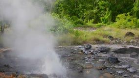 Fonti della sorgente di acqua calda a Pong Duet Geyser stock footage