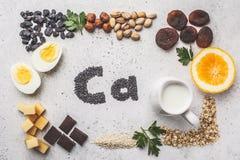 Fonti sane dei prodotti di calcio Vista superiore, fondo dell'alimento, ingredienti di Ca su un fondo bianco immagini stock libere da diritti