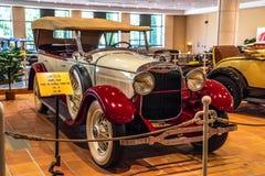 FONTVIEILLE, MONACO - JUIN 2017 : PHAÉTON 1928 de DOUBLE de LINCOLN rouge blanc V8 dans le musée de collection de voitures de des image libre de droits