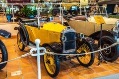 FONTVIEILLE MONACO, JUN, - 2017: żółty PEUGEOT w Monaco wierzchołka samochodów kolekcji muzeum fotografia royalty free
