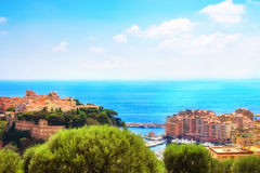 Fontvieille, o Rocher, e o mar Imagem de Stock Royalty Free
