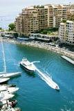 Fontvieille schronienie z nowożytnym budynkiem i luksusowymi jachtami Zdjęcie Royalty Free