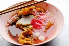 Foo del tau de Yong - tallarines asiáticos en la sopa roja fotos de archivo