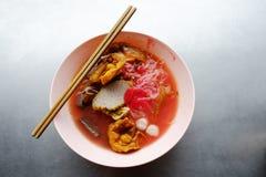 Foo del tau de Yong - tallarines asiáticos en la sopa roja imagenes de archivo