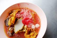 Foo del tau de Yong - tallarines asiáticos en la sopa roja foto de archivo
