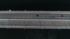 fooage aéreo do zangão 4K Maratona do movimento lento que corre na ponte Zorra horizontal vista superior disparada video estoque