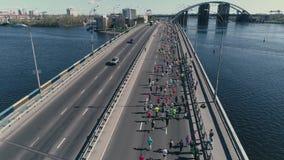 fooage aéreo do zangão 4K Maratona que corre na ponte video estoque