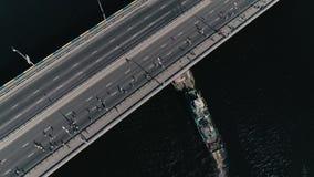 fooage aéreo do zangão 4K Maratona que corre na ponte Navio sob a ponte vídeos de arquivo