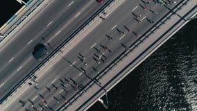 fooage aéreo do zangão 4K Maratona que corre na ponte Opinião superior da câmera vídeos de arquivo